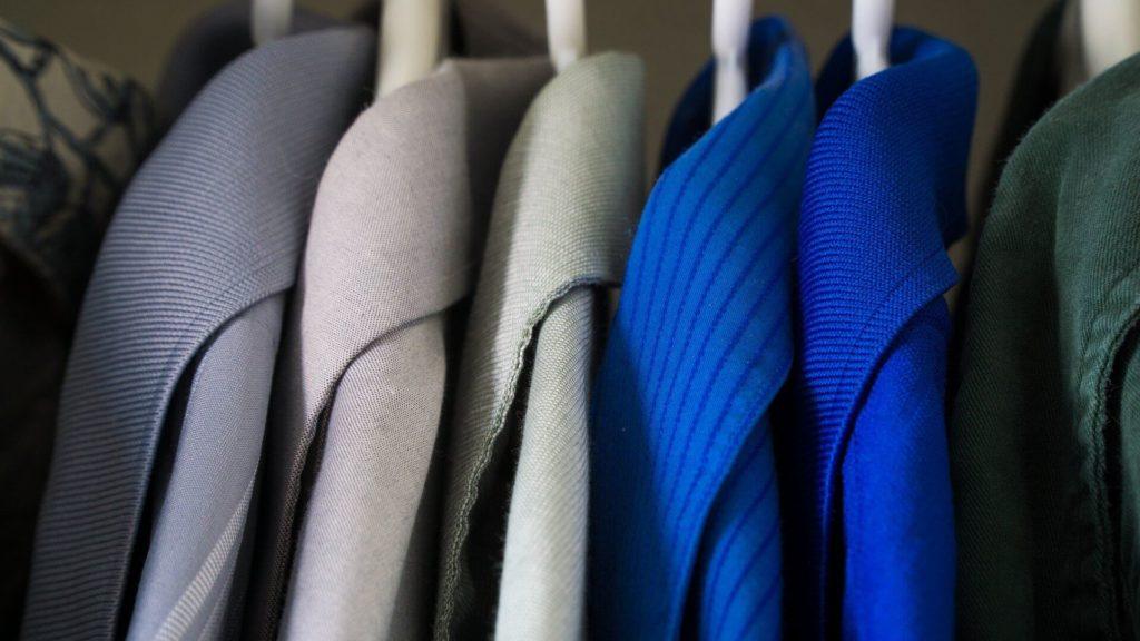 одежда в шкафу